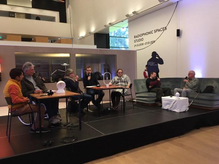 Das Foto zeigt die Teilnehmerinnen und Teilnehmer der Talkrunde im Museum Tinguely Basel.