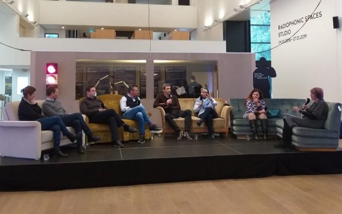 Das Foto zeigt Teilnehmerinnen und Teilnehmer der Talkrunde im Museum Tinguely Basel.