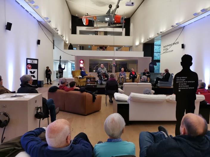 Das Foto zeigt die Teilnehmerinnen und Teilnehmer der Talkrunde im Museum Tinguely
