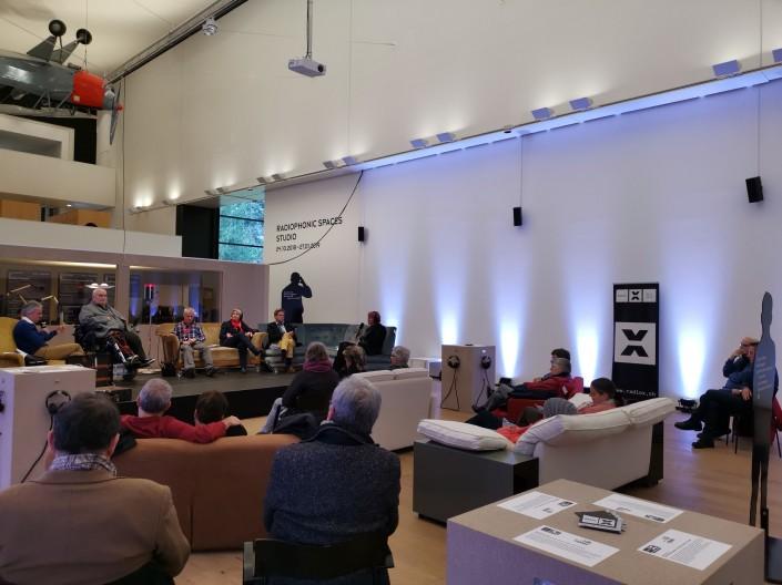 Das Foto zeigt die Besucherinnen und Besucher soweie die Podiumsgäste im Museum Tinguely.