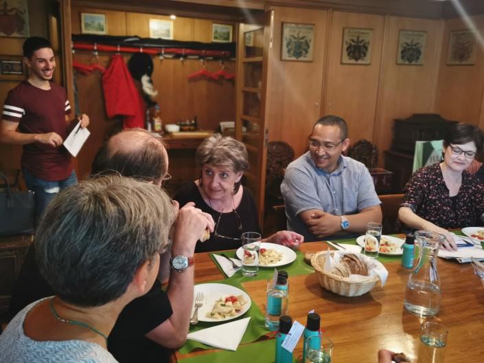 Das Foto zeigt die Mittagstafel Teilnehmer bei der Diskussion.
