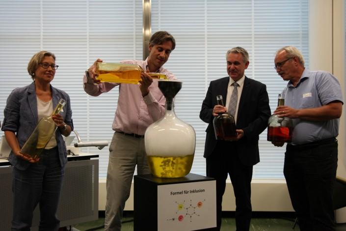 Das Foto zeigt, wie Player aus Wirtschaft, Politik und Integration den CHARTA-Zaubertrank mischen