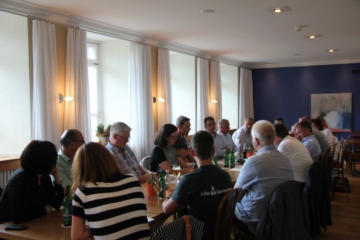 Das Foto zeigt die Teilnehmerinnen und Teilnehmer am iPunkt-Stammtisch