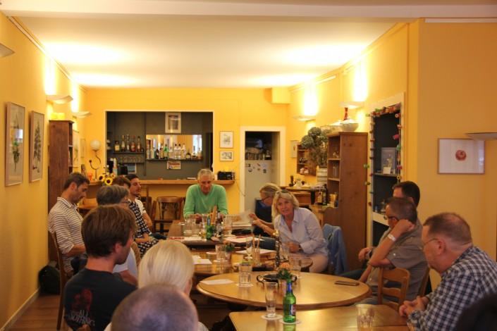 Das Foto zeigt die Stammtisch-Teilnehmer bei der Diskussion
