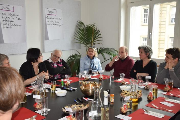 Das Foto zeigt die Besucher der Mentoring-Mittagstafel