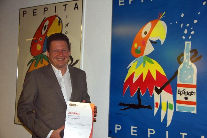 Das Foto zeigt Eptinger AG Geschäftsführer Matthias Buchenhorner mit dem Label iPunkt-Zertifikat