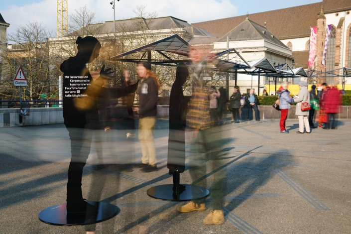 Besucherinnen und Besucher der unsichtbar-Kampagne auf dem Basler Theaterplatz im Dezember 2017. Sie stehen vor und zwischen den Silhouetten.